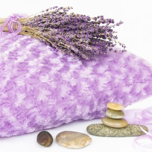 Подушка с наполнителем из лаванды помогает справлятся с бессонницей, помогает работать сердцу, уменьшает головные боли, улучшает мозговую активность.
